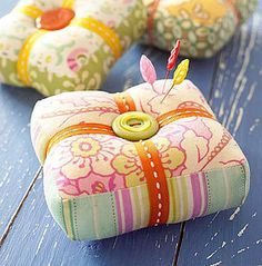 Free Patterns and Information to Make Your Own Pin Cushions Kay English Curtin Kay English Curtin Fr Sewing Room Design, Sewing Spaces, Sewing Rooms, Sewing Designs, Vintage Sewing Notions, Vintage Sewing Machines, Easy Sewing Projects, Sewing Crafts, Sewing Ideas