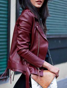 Osez la veste biker bordeaux cet automne >> http://www.taaora.fr/blog/post/blouson-motard-cuir-bordeaux-veste-femme-biker-rouge-fonce
