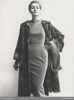Horowitz, 1955. Modell i klänning med kappa i grå breitschwantzpäls. Fotograf: Nordin Nilson