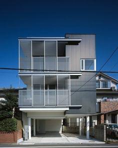 今回紹介するのは、鉄骨造りの3階建ての家。敷地の形状を上手に生かした空間使いで、緩やかに各フロアが階段でつながった家族の…