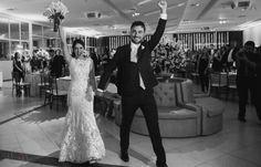 Entrada dos noivos na festa.  Felicidade e a gente cuidando de tudo para eles.  #casamento  #noiva  #festadecasamento