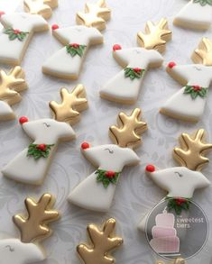 Reindeer cookies with shiny gold antlers. The Gold is SugarArt Sunflower Gold from . Xmas Desserts, Christmas Deserts, Christmas Goodies, Christmas Treats, Christmas Baking, Fall Cookies, Christmas Sugar Cookies, Iced Cookies, Cupcake Cookies