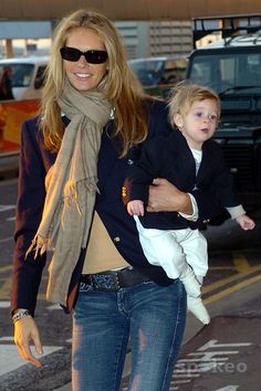 elle macpherson - a chic travelling look