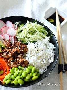 poké bowl with rice, chicken and Veggie Recipes, Asian Recipes, Vegetarian Recipes, Cooking Recipes, Healthy Recipes, Indonesian Recipes, Whole Foods Market, Clean Eating, Healthy Eating