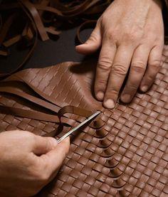 A grife italiana criada em 1966 e em 2001 comprada pela Gucci é um ícone do trabalho artesanal de altíssima qualidade. As bolsas da Bot...