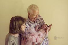 Abuelitos. La nieta en brazos.