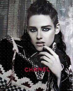 """Novo Outtake De Kristen Stewart Para A Chanel Paris - Dallas Foi divulgado um novo outtake da musa da campanha da coleção Métiers d'Art 2013/14 da Chanel, intitulada """"Paris-Dallas"""". Na época, Kristen Stewart, foi escolhida pelo próprio Karl Lagerfeld. Vejam!!"""