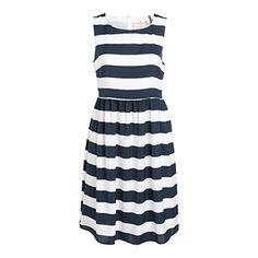 En fräsch randig klänning passar perfekt till dig som är ute efter en chic, preppy festoutfit.    - Utställd kjol  - Rund halsringning med sprund och knapp bak  - Dold dragkedja i sidan  - Mjuk kvalitet med foder  - Längd 98 cm i stl M  Maskintvätt 40° Material: 100% Polyester Artikelnummer: 7255542
