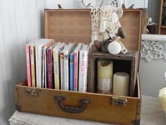 Cute way to use a vintage suitcase, mini-bookshelf/display area. (A Southern Belle with Northern Roots) i can use my grandpa green suitcase for this Vintage Shabby Chic, Shabby Chic Homes, Vintage Decor, Vintage Ideas, Vintage Suitcases, Vintage Luggage, Vintage Suitcase Decor, Suitcase Display, Suitcase Storage