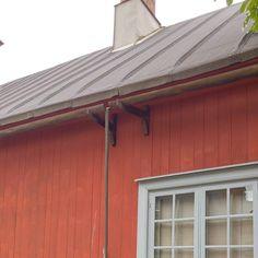Kuten aikaisemmista esimerkeistä on selvinnyt on siis sadevesien ohjaaminen katolta hallitusti ensiarvoisen tärkeää. Jos kyseessä on satoja vuosia vanha rakennus voivat kuitenkin teräksiset rännit näyttää tökeröiltä. Mikä neuvoksi? No tällöin palataan vanhempaan tekniikkaan ja tehdään rännitykset puusta! Pienehkö puunrunko halkaistaan koverretaan ja siinä meillä on ränni! Syöksyputken voi korvata pystyrimalla kuten kuvassa tai vaihtoehtoisesti roikkuvalla ketjulla jota pitkin vesi juoksee…