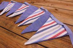 Σημαιάκια Καλοκαιρινό Μπλε/Ριγέ Μπλε-Κόκκινο FLG-593604  Υφασμάτινα σημαιάκια σε σχέδιο καλοκαιρινό μπλε/ριγέ μπλε-κόκκινο.Διακοσμήσετε εύκολα μόνοι σας την τελετή και τη δεξίωση του γάμου και της βάπτισης, το party, το παιδικό δωμάτιο, χώρους για παιδιά και χώρους εκδηλώσεων.Συσκευασία 9 τεμαχίων.