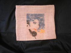 Pochette en toile de jute avec motif vintage , fermer par zip . Idéale pour le maquillage. Prix : 12e