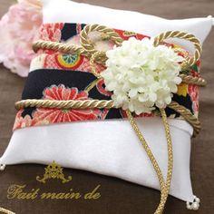 黒引き振袖を連想させる、ちりめん生地を和装の帯のようにアレンジする簡単なリングピロー手作りキットです。ソーイング初心者さんでも簡単に作っていただけます。お二人のリングをゴールドのひも部分に通して頂き、白いお花が帯留め風の飾りにな Diy Wedding, Wedding Rings, Wedding Ideas, Ring Pillow Wedding, Gift Wrapping, Embroidery, Bride, Pillows, Accessories