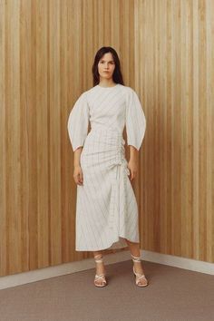 Maje Spring 2018 Ready-to-Wear Fashion Show Collection: See the complete Maje Spring 2018 Ready-to-Wear collection. Look 5 White Fashion, Modern Fashion, Trendy Fashion, Fashion Outfits, Fashion Design, Fall Fashion, Runway Fashion, Fashion News, Fashion Trends