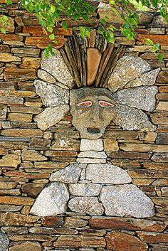 Metal/Wood Sculpture Idea for Elliott to Work? Pebble Mosaic, Stone Mosaic, Pebble Art, Mosaic Art, Stone Crafts, Rock Crafts, Mosaic Garden, Garden Art, Garden Paths