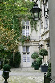 Une cour intérieur à Paris. Paris courtyard