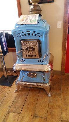 Offbeat old stove Antique Wood Stove, How To Antique Wood, Vintage Kitchen, Retro Vintage, Vintage Stuff, Old Refrigerator, Old Fashioned Kitchen, Old Stove, Cast Iron Stove