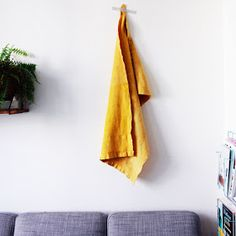 Merci Raoul: DIY#19 Teindre un lange au curcuma! Hyper facile et naturel. Brainstorm, Shibori, Green Cleaning, Green Life, Clean House, Projects To Try, Textiles, Diy Crafts, Homemade