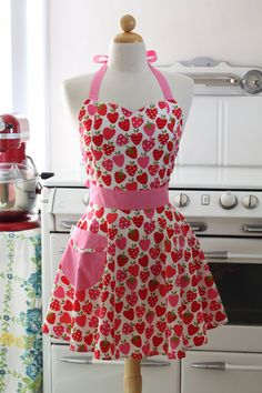 strawberry apron. love it, want it.