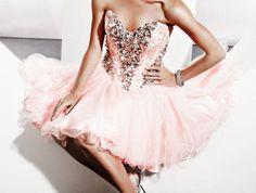 Toda menina sonha com uma festa de 15 anos perfeita, com suas cores favoritas, com uma decoração incrível e claro, um vestido deslumbrante para este dia tão