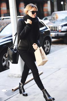 Margot Robbie wearing Fendi Small Textured-Leather Shopper, Valley Db Sunglasses in Gloss Black and Hudson Barbara High Rise Skinny Jeans in Black Margot Robbie Style, London Look, Hollywood Fashion, Hollywood Style, Black Skinnies, Star Fashion, Casual Chic, Celebrity Style, Winter Fashion