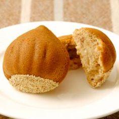 ころんとかわいく、色よく焼けたマロンケーキにけしの実でデコレーション。プレゼントしたら喜ばれること間違いなし。味も見た目も栗づくし!な秋のケーキです。
