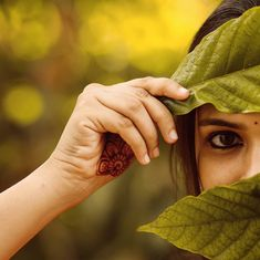 Looking into the camera creates a special eye and soul contact. Self Portrait Photography, Portrait Photography Poses, Couple Photography Poses, Cute Girl Poses, Girl Photo Poses, Stylish Photo Pose, Indian Photoshoot, Beautiful Girl Photo, Selfie Poses