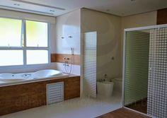 O toalete da suíte master é uma verdadeira sala de banho, com pias e chuveiros independentes para senhor e senhora, além de hidromassagem e um acabamento primoroso em madeira de demolição.