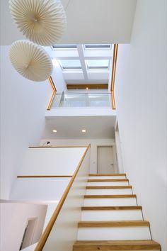 Licht prägt dieses fast über zwei Geschosse verglaste offene #Treppenhaus. Vom offenen Wohnraum führt die #Treppe direkt in den ersten Stock. 🤎 #fertighaus #keitelhaus #velux #veluxfenster Keitel Haus, Modern, Stairs, Home Decor, Staircases, Wood Stairs, Roof Window, Attic Rooms, Open Stairs