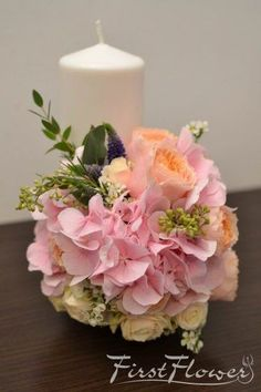Lumanari nunta scurte, cu hortensie roz si trandafiri vuvuzela somon. - First Flower Wedding Bouquets, Wedding Flowers, Baptism Candle, Wax Flowers, Pillar Candles, Floral Arrangements, Wedding Events, Wedding Inspiration, Bride