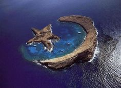 Island of Molokini - natural star and crescent - between Maui and Kahoolawe, Hawaii This is not a real picture! I was just at Molokini in Hawaii this past summer on my honeymoon. The half moon island exists but the star does not. Places Around The World, Oh The Places You'll Go, Places To Travel, Places To Visit, Travel Destinations, All Nature, Amazing Nature, It's Amazing, Beautiful World