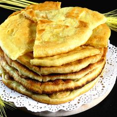 Se prepară rapid și au un gust extraordinar - turte cu cașcaval pe bază de iaurt la tigaie - savuros.info Romanian Desserts, Romanian Food, Bread Recipes, New Recipes, Healthy Recipes, Tasty Dishes, Food Videos, Sandwiches, Good Food