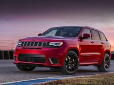 Представлен самый быстрый внедорожник современности   Производитель Jeep наконец-то полностью рассекретили самую мощную свою версию Grand Cherokee под названием Trackhawk, которая имеет все основания претендовать на звание самого динамичного кроссовера планеты.  От других версий Grand Cherokee Trackhawk будет отличаться дополнительным воздухозаборником, развитым аэродинамическим обвесом, 20-дюймовыми колесными дисками, «четырехствольной» выхлопной системой, а также огромным тормозным…