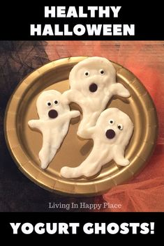 Healthy Halloween Snack- Yogurt Ghosts! Looking for a way to celebrate the holiday without all the sugary treats? Try this healthy Halloween treat idea for kids. It's easy and quick and makes a great healthy Halloween food for kids, adults, and especially great for toddlers! #healthyhalloween #halloween #halloweensnack