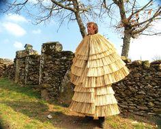 Trajes de Portugal: A Croça I - Montalegre Traditional Fashion, Traditional Outfits, Folk Costume, Costumes, Rain Wear, Fashion Images, Textiles, Survival Skills, Folklore