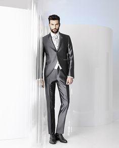 CARLO PIGNATELLI Cerimonia propone una collezione di abiti per lo sposo eleganti, classici, ma al tempo stesso moderni e audaci.