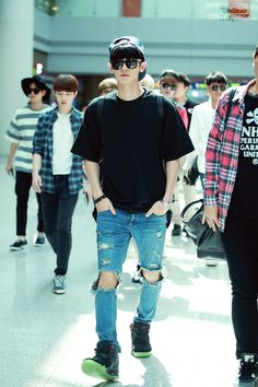 Chanyeol looks so good in those jeans Baekhyun, Exo Chanbaek, Park Chanyeol, Chen, Exo Album, Yellow Moon, Kyung Hee, Jeans And Converse, Airport Style