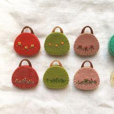 こんにちは。まず思いついたものをチラシにらくがきしてお菓子の空き箱で型紙を作って好きな色のフェルトで試しに作ってみる。うまくいくときもあればうまくいかない... Felt Crafts Diy, Pom Pom Crafts, Felt Ornaments, Christmas Ornaments, Angel Crafts, Felt Ball, Mothers Day Crafts, Leather Design, Needle Felting
