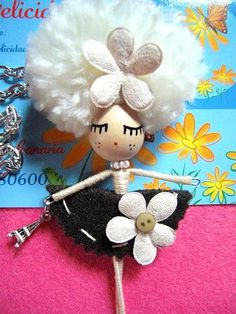 Colgante muñeca esta linda elaborada con madera y alambre :)