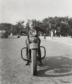 Sally Halterman estuvo conduciendo motocicletas desde 1928 pero en 1937 decidió que quería un permiso legal y tras varias vicisitudes consiguió ser la primera mujer a la que se le concedía una licencia para conducir motocicletas en el Distrito de Columbia. Después de recibirla Sally ingresó en el Motorcycle Club de Washington, siendo también la primera chica que recibía este honor.