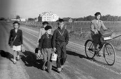 Sur le chemin de l'école... Robert Doisneau, Old School, Back To School, Vintage School, School Pictures, Vintage Pictures, Cute Kids, Culture, Artists