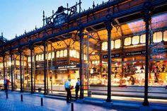 """Madrid es una ciudad con un sinfín de rincones en los que perderse. Cada visita a esta ciudad puede suponer un descubrimiento para el viajero. Desde las calles del Madrid de los Austrias, hasta el moderno paseo del """"Madrid Río"""", la ciudad ofrece miradas y perspectivas que sorprenden cada que se descubren. En este """"paseo"""" te ofrecemos 50 de esos puntos madrileños que sorprenderá a quien visite Madrid por primera vez pero también a quien lo haga en repetidas ocasiones porque si por algo e ..."""