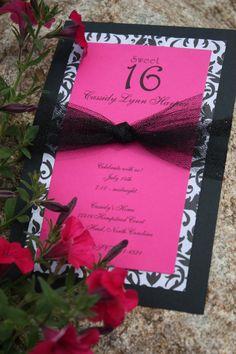 homemade invitations: la parte rosada, va en rojo vino; la parte blanca en blanco champagne. El lazo... no sé, pero ese tul negro es horrible.