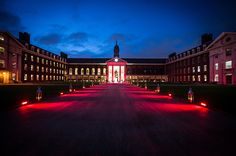 Figure Court is a striking backdrop to any event, especially when darkness falls and the space is transformed by colourful lights and lanterns #RoyalHospitalChelsea #RHCEvents #TwighlightVenues