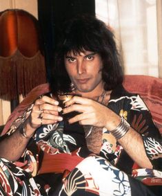 Freddie Mercury & Queen Photos. Esta foto de Freddie con ropa tipica japonesa es una joya. Ademas le qda muy bien con su color de piel oliva.