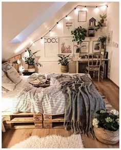 Home Interior Decoration Love the idea for the way the string lights climb with the slanted ceiling.Home Interior Decoration Love the idea for the way the string lights climb with the slanted ceiling Teenage Room Decor, Teenage Girl Bedrooms, Girls Bedroom Ideas Teenagers, Teen Decor, Urban Outfiters Bedroom, Bohemian Bedroom Decor, Bedroom Inspo, Bohemian Interior, Decor Room