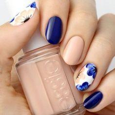 Nail art bleu nude et fleurs