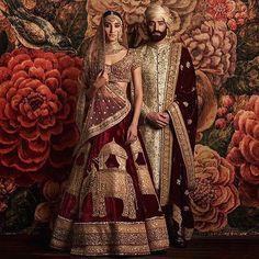 Tradiční indické svatební šaty jsou červené nebo růžové. Po obřadu si ženy malují tradiční červenou tečku uprostřed čela.
