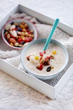 Pour 1 personne : 20 g de flocons d'avoine 10 cl de lait Un mélange de fruits secs (ici, mûres blanches, baies de goji, raisins secs, graines de courge, amandes) Du sirop d'agave 1- Versez le lait et les flocons ensemble dans une casserole. 2- Mettez sur feu doux et laissez cuire quelques minutes. Remuez régulièrement pour éviter au lait d'accrocher. Petit à petit, le lait va épaissir et les flocons devenir plus tendres. 3- Versez dans un bol, ajoutez les fruits secs et arrosez de sirop