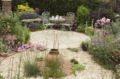 This one is a bit more formal with a hint of gravel gardening... a nice combination if you like your garden to be a bit more tidy!!!